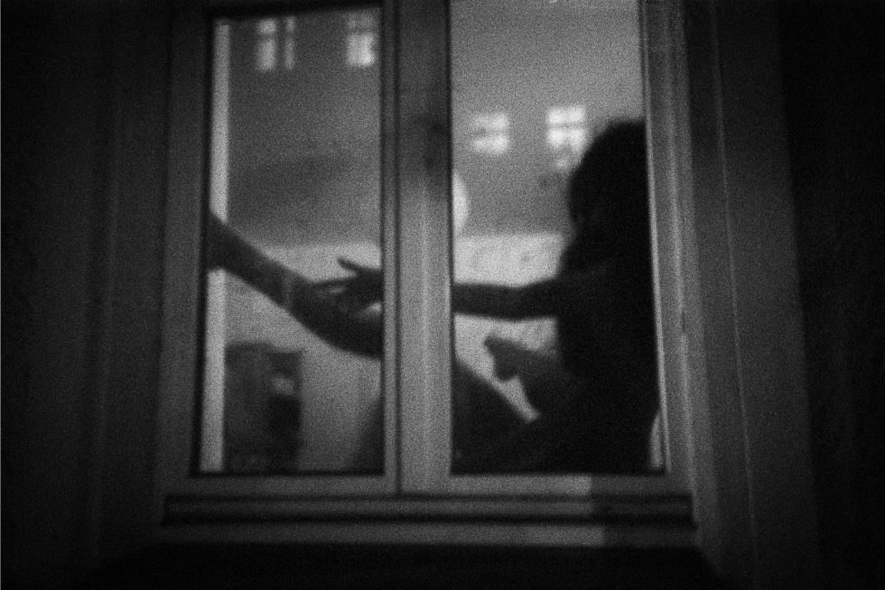 1825_02_Frau-im-Fenster